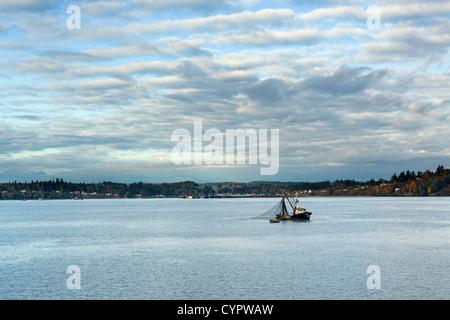 Bateau de pêche au large de la péninsule Olympique vu de Washington State Ferry, Puget Sound entre Kingston et Edmonds, Banque D'Images