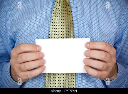 Un bureau homme tenant une carte vierge avec ses mains. Banque D'Images