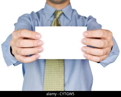 Business man holding a blank white card (focus sur la carte). Isolé sur blanc. Banque D'Images