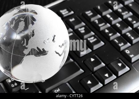 Globe et clavier montrant global communication ou concept internet Banque D'Images