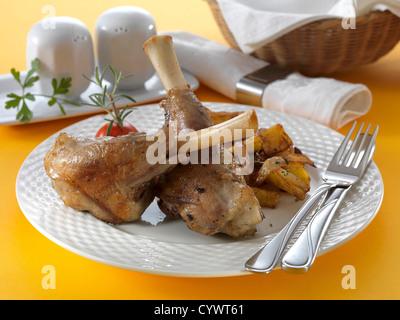 Souris d'agneau Pékné sur plaque blanche avec couteau, fourchette chrome Banque D'Images