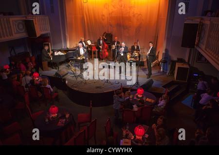 Performance de jazz Dixieland band 'Leningrad' dans Jazz Philharmonic Hall à Saint-Pétersbourg, Russie Banque D'Images