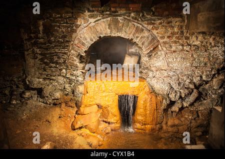 BATH, Royaume-Uni - une section d'excavation d'une partie de la plomberie d'eau d'origine sous l'historique bains Banque D'Images
