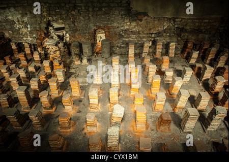 BATH, Royaume-Uni - des piles de tuiles d'argile composent le caldarium des thermes romains de Bath dans le Somerset. Banque D'Images