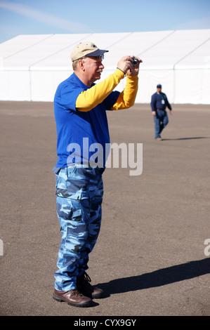Senior citizen homme homme d'âge en prenant des photos avec iphone téléphone cellulaire android grownup adultes les droits de l'homme mature