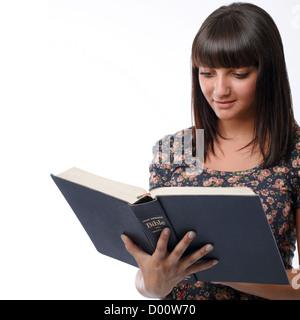 Portrait d'une jeune femme lisant la Bible Banque D'Images