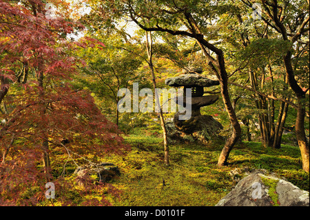 Dans la lanterne de pierre un jardin le long du chemin des philosophes, Kyoto, Japon Banque D'Images
