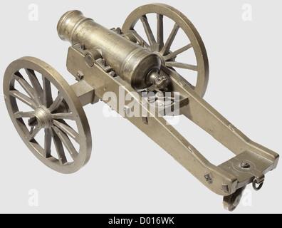 Un modèle de canon de terrain, style vers 1800. Corps en laiton robuste segmenté par des gaines, avec alésage lisse de calibre 25 mm avec tourillons sur les côtés, trou de contact supérieur et museau de canon. Roues et tablier en laiton moulé avec essieu de roue en fonte. Il manque une goupille fendue de roue et quatre goupilles fendues de tourillon. Longueur du canon 27 cm,longueur totale 53 cm,historique,historique,19e siècle,canon,canons,artillerie,arme à feu,arme,armes à feu,armes,armes,armes,armes,arme,bras,dispositif de combat,militaire,militaro,objet,objets,alambics,coupure,coupures,cu,droits additionnels-Clearences-non disponible