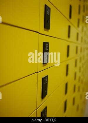 Les boîtes de messagerie privée jaune dans un bureau de poste en Croatie Banque D'Images