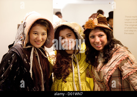 Trois femmes habillés en costumes de l'époque victorienne, le Musée de la mode, baignoire Somerset UK Banque D'Images