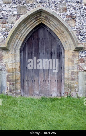 Une grande porte de l'église traditionnelle en chêne. Banque D'Images