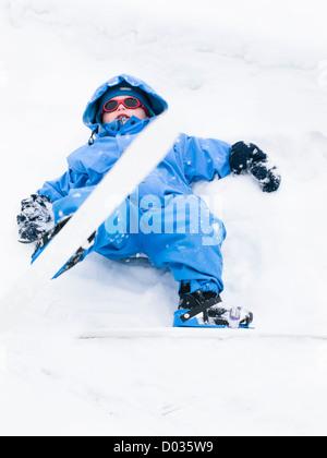 Trois ans l'apprentissage du ski, cross country ski nordique, premières tentatives, forêt près d'Oslo en Norvège. Banque D'Images