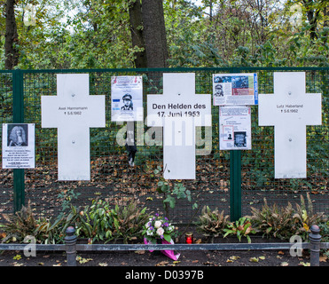 Croix blanches sont un mémorial aux victimes qui ont tenté de s'échapper de l'Allemagne de l'est lorsque la ville Banque D'Images