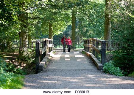 A mature couple marchant sur une passerelle dans la campagne Banque D'Images