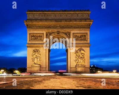 Arc de Triomphe, Paris, France la nuit. Vue de l'Avenue des Champs-Elysées Banque D'Images