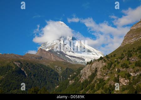 Célèbre montagne Matterhorn (Cervin) pointe sur la frontière italienne en Suisse Banque D'Images