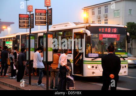 Chine Shanghai Pudong District Xin Shangnan Road homme femme asiatique de bus de banlieue crépuscule soir Banque D'Images