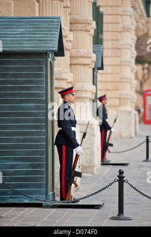 Sentinelles de faction à l'extérieur du palais des Grands Maîtres, La Valette, Malte Banque D'Images