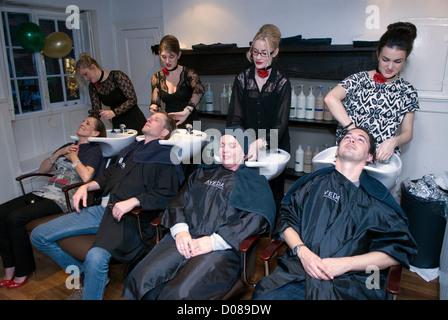 Les clients de coiffure cheveux lavés avant d'avoir leur coupe de cheveux, Farnham, Surrey, Royaume-Uni. Banque D'Images