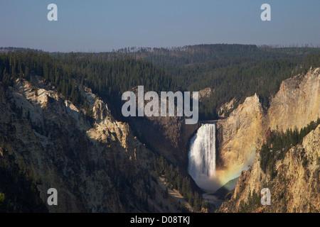 Arc-en-ciel sur Lower Falls d'artistes Point, Grand Canyon de la Yellowstone River, le Parc National de Yellowstone, Banque D'Images