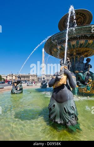 Fontaines de la Place de la Concorde au bout de l'Avenue des Champs-Elysées Paris France Europe de l'UE Banque D'Images