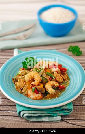 Chou chinois aux crevettes faites avec le wok. Recette disponible. Banque D'Images