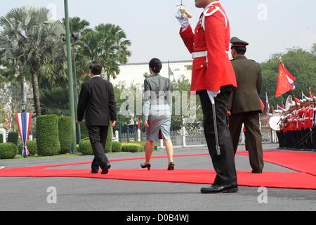 21 Nov, 2012. Bangkok , Thaïlande. Le Premier ministre chinois Wen Jiabao et le Premier Ministre thaïlandais Yingluck Shinawatra commentaires la garde d'honneur lors de la cérémonie de bienvenue à l'Hôtel du Gouvernement. Wen Jiabao est arrivé à Bangkok en 20 Nov 2012 . entamé une visite de deux jours en Thaïlande dans le cadre d'une tournée avant qu'il quitte l'année prochaine. Il s'attend à discuter d'une coopération accrue dans des domaines tels que l'éducation et le commerce de riz avec le premier ministre Yingluck Shinawatra.Il est également de rencontrer les 84 ans, le Roi Bhumibol Adulyadej et thaï avec des membres de l'Thai-Chinese Chambre de Commerce.