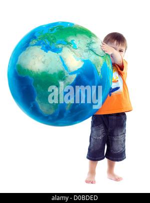 Cute little boy holding globe bleu, planète terre dans ses mains, photo conceptuelle isolé sur fond blanc. Banque D'Images