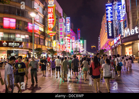 Les gens magasinent sur Nanjing East Road, à Shanghai, Chine. Banque D'Images