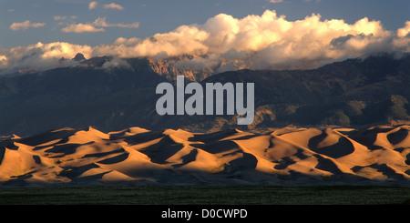 La première lumière sur le Colorado's Great Sand Dunes et les montagnes Sangre de Cristo Banque D'Images