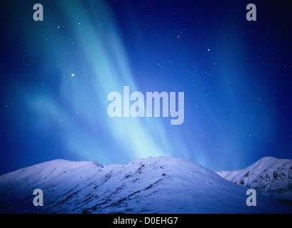 Au-dessus de la Aurora Bleu-vert Snow-Covered Talkeetna Mountains au cours de l'aube Début Light Banque D'Images