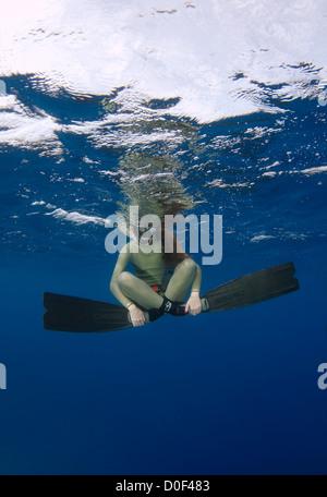 Freediver femelle sous l'eau Banque D'Images