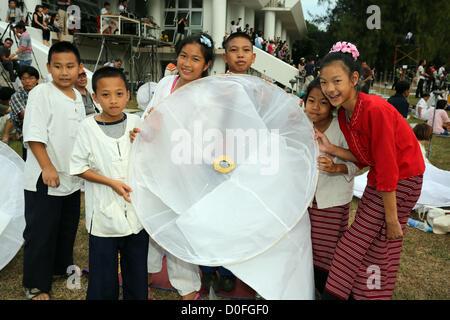 Chiang Mai, Thaïlande. 24 novembre 2012. Khom Loy lanternes avant le lancement au Yee Peng Sansai Lanterne flottante Banque D'Images