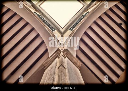 Cour intérieure, low angle view, Université de Séville (ancienne fabrique de tabac Royal), Séville, Espagne Banque D'Images
