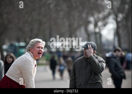 Une femme parlant à Speakers Corner à Hyde Park à Londres.
