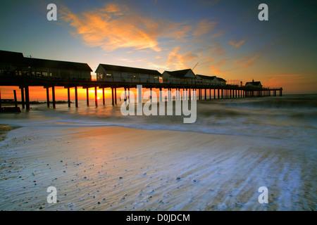 Le soleil se lever derrière la jetée de Woodbridge dans le Suffolk. Banque D'Images