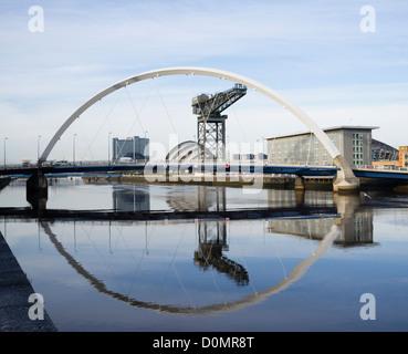 Le long de la rivière Clyde vers le pont d'arc ou aux pont comme il est connu localement vers la SECC à Glasgow
