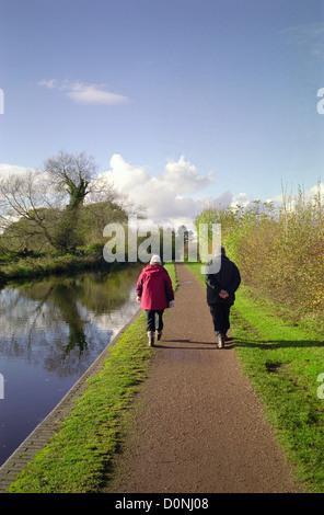 Caucasian Couple le long du Canal, Worcestershire & Staffordshire Nr Wombourne, Staffordshire, England, UK Banque D'Images