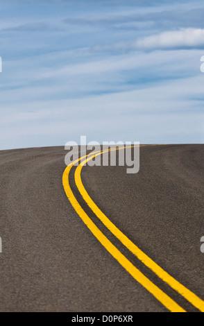 Image dynamique de l'autoroute et ciel bleu Banque D'Images