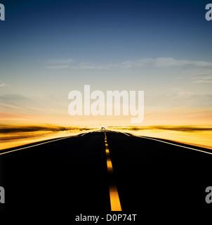 Image dynamique de l'autoroute et ciel bleu