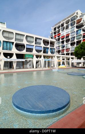 Bâtiment Delta moderniste (1971) par Jean Balladur Town Square et le bassin ornemental à La Grande-Motte Hérault Banque D'Images