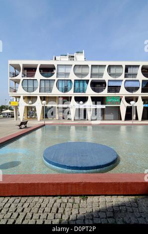 Bâtiment Delta (1971) par Jean Balladur Town Square et la piscine de la Grande-Motte Hérault France Banque D'Images