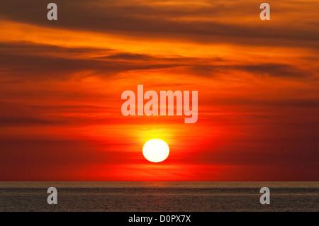 Fiery coucher de soleil sur l'Océan Indien. Banque D'Images