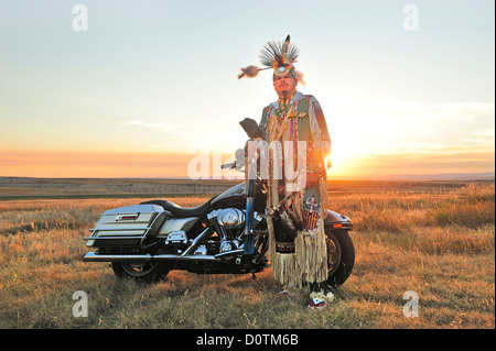 Sioux, Badlands, Stephen Yellowhawk, vélo, guerriers, Badlands, plumes, insignes, American Native, Lakota, Dakota Banque D'Images