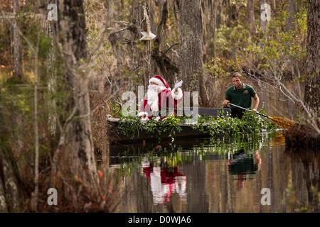 Paris, France. 1er décembre 2012. Le Père Noël arrive par bateau à Cypress Gardens marais Swamp 1 Décembre, 2012 à Moncks Corner, SC. Le parc public détient 80 acres de cyprès chauve blackwater et tupelo swamp à l'extérieur de Charleston. Crédit: Richard Ellis / Alamy Live News