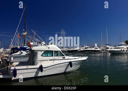 Bateaux à voile dans la baie du port de Santa Eulalia Resort, l'île d'Ibiza, Baléares, Espagne, Europe Banque D'Images