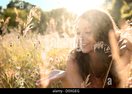 Teenage girl lying in field, Close up Banque D'Images