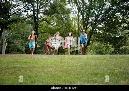Cinq amis d'exécution sur l'herbe, vue avant Banque D'Images