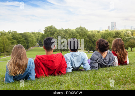 Les adolescents qui traînaient dans un parc Banque D'Images