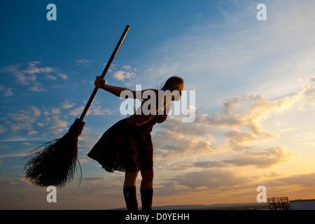 Jolie sorcière avec balai Banque D'Images